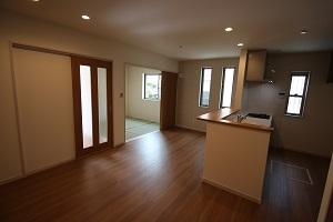 【LDK】 対面キッチンで、リビング、ダイニング、和室が見渡せます♪